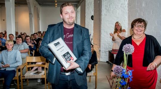 Kasper fik overrakt prisen for det højeste karaktergennemsnit på Financial Controller uddannelsen i juni 2016.