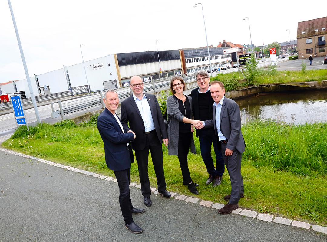 På billedet ses reprænsentanter fra dels Hoffman, og dels arkitekterne bag hus og Kjaer og Richter sammen med Niels Egelund og bestyrelsesformand Jørn Pedersen.