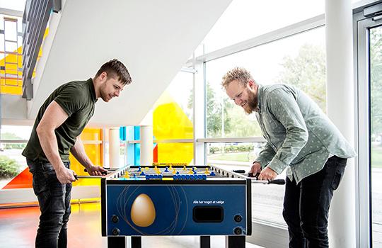 Her ses Kasper og Frederik, der spiller bordfodbold.