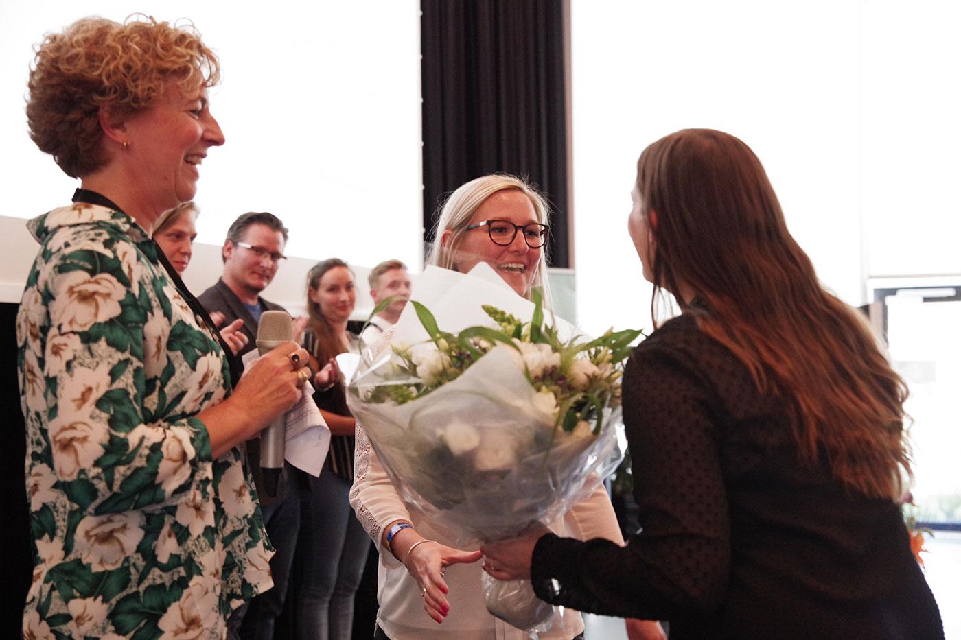 Stine Hummelgaard fik overrakt blomster og diplom for sin flotte 2. plads i konkurrencen Årets Erhvervsakademipraktik 2018.
