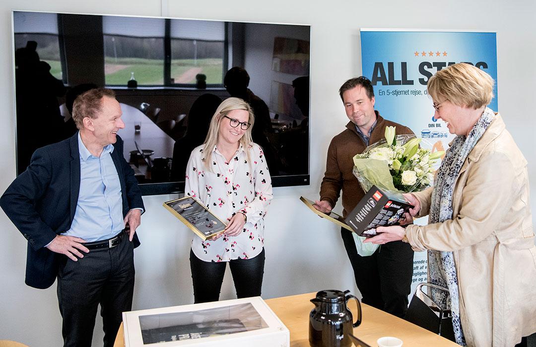 Rektor Niels Egelund og journalist Britt Johsen der overækker prisen til Stine Hummelgaard.