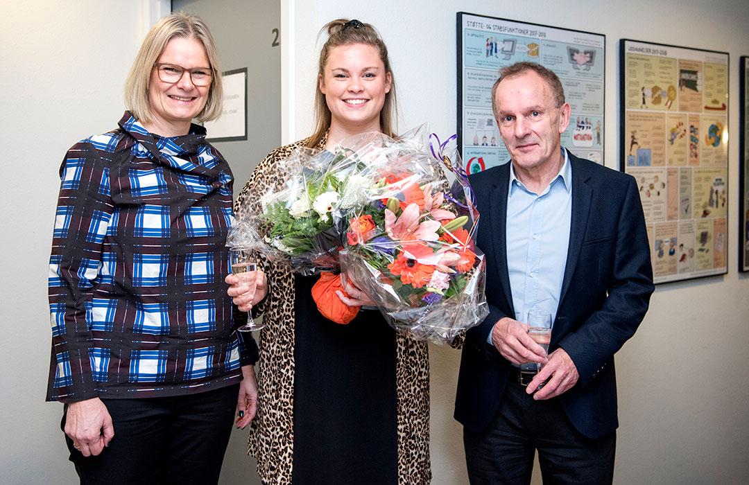 Maria Eriksen med underviser Helle Næss-Schmidt Risdal og rektor Niels Egelund fra IBA
