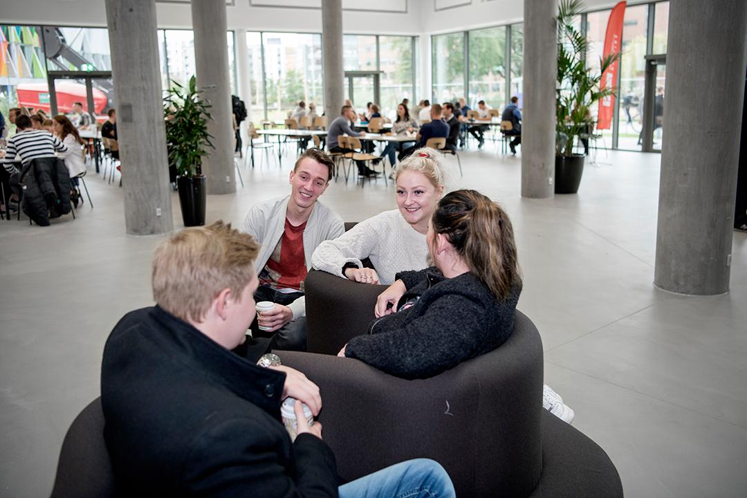 Studerende der sidder i café området.