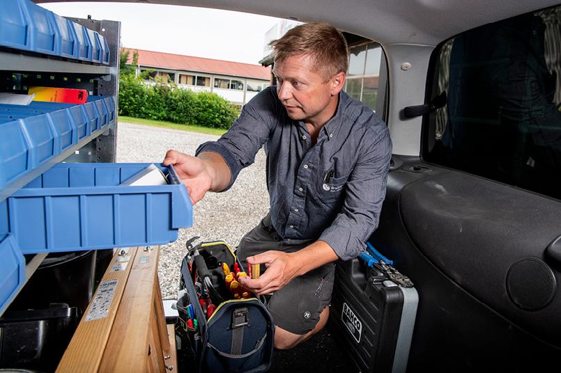 Anders Koba Jensen foran sort bil